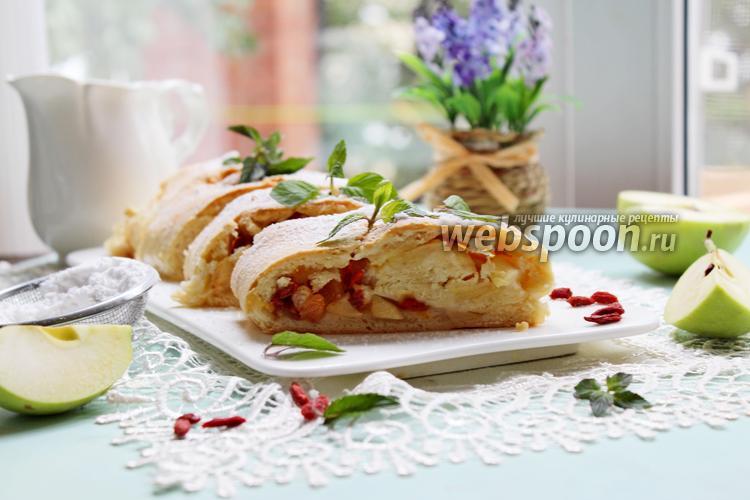 Рецепт Рулет песочный с яблоком, годжи и изюмом