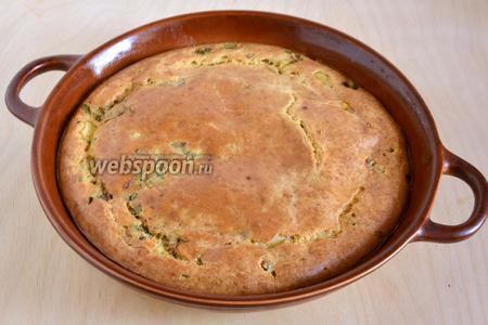 Когда корочка у пирога станет золотистой, — пирог готов! Достаньте пирог из духовки, немного остудите и подавайте к столу. Приятного аппетита!