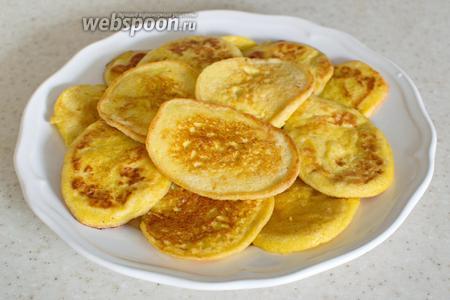 Затем пожарьте, как обычные оладьи. Выкладывайте тесто столовой ложкой на горячую сковороду с небольшим количеством масла.