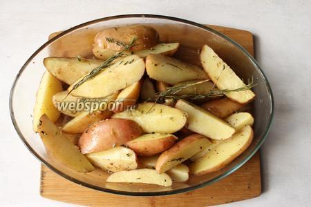 Запекаем 30 минут, на 15 минуте картофель перемешиваем.