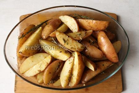 Готовую картошку солим и подаём сразу, горячей.