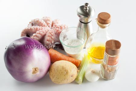 Для приготовления постной картофельной запеканки с осьминогом, нам потребуются ингредиенты по списку: соль, сельдерей, перец, осьминоги, мука, морковка, масло, лук, корица, картошка, баклажаны, вода. Количество воды приблизительное, оно зависит от объёма кастрюль. Её потребуется 2 порции: для отваривания осьминога и для вымачивания баклажанов.