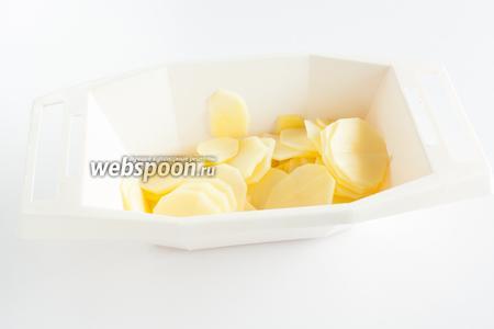 Чистим и режем на пластины картошку, толщина 5-7 мм.