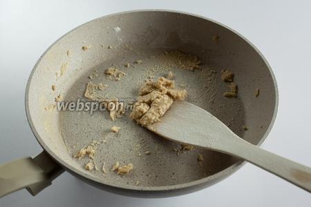 Когда время варки осьминога закончилось, выключаем его, вылавливаем и ставим охлаждаться, но не выливаем бульон, он нужен для соуса. Для приготовления соуса «завариваем» на горячей сковороде 2 столовые ложки муки в 2 столовых ложках масла.