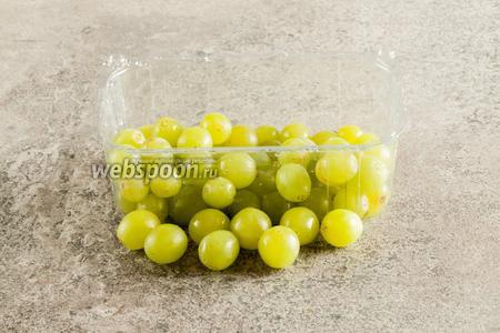 Виноград моем и отделяем от веточки так, чтобы ни у одной ягодки не оставалось плодоножки.