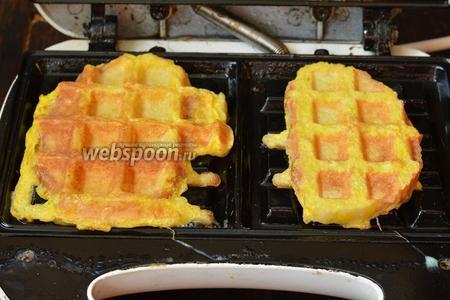 Выложить подготовленные кусочки на пластины  разогретой вафельницы, которые слегка смазать растительным маслом. Закрыть крышку и жарить до готовности. На это уходит приблизительно 1,5-2 минуты.