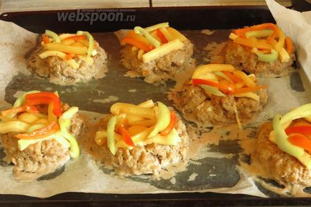 Украшаем, делаем «ободок» для яиц, выкладываем сыр и перец по краю «гнезда».