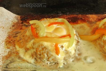 Запекаем ещё 15 минут при 220°С. За счёт двухстадийного прогревания, желток сохранятся и перец не сгорает.
