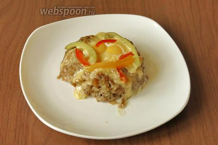 Выкладываем «гнёзда» на тарелку, украшаем зеленью. Украшение из овощей на «гнезде» — готовый гарнир к котлетам.