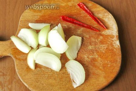 Перец нарезаем вдоль, удаляем семена, лук нарезаем половинками.