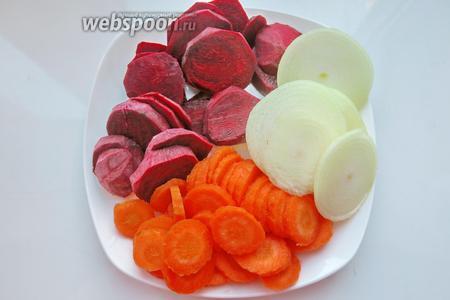 Готовим овощи — чистим и нарезаем. Используем 1 луковицу. Шелуху не выбрасываем.