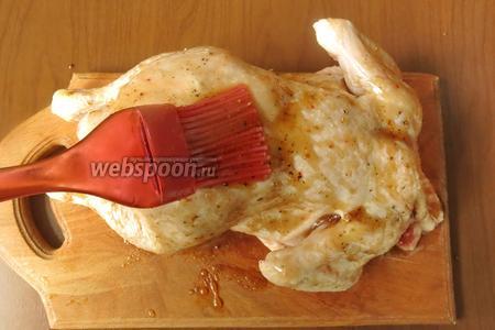 Обмазываем курицу маринадом снаружи и внутри.