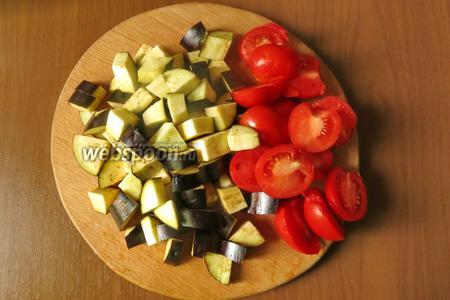 Нарезаем синенькие четвертинками кружочков, а помидоры половинками.