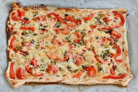 Спустя время, достать пиццу из духовки, дать ей слегка остыть и подавать в горячем виде. Приятного аппетита!