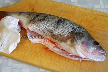 Главное препятствие в приготовлении окуня — очистить его от чешуи, любые рыбочистки всё равно оставляют с этой рыбой желать лучшего. Тем не менее, окуня нужно очистить, промыть, выпотрошить, осушить полотенцем.