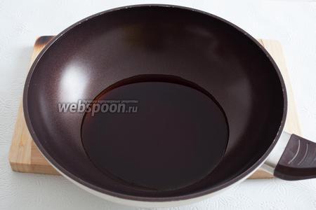 Соевый соус, мирин, сакэ и сахар выливаются в сковороду и доводятся до закипания (и растворения сахара).