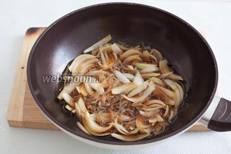 В только что закипевший соус добавляется лук (и лапша ширатаки, если используется) и варится до полупрозрачности.