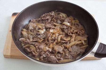 И вот только после посерения, говядину перемешивают с остальными компонентами и уваривают до желательной консистенции и степени мягкости. Ну, а дальше — тот самый знаменитый разрыв японской логики: готовый гюдон выглядит так, как здесь, а сервируют его (можно не сразу после приготовления, будет только вкуснее) — с рисом, как на финальной фотографии.
