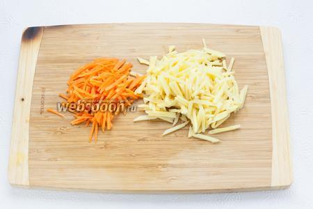 Морковь и бамбук нарезать очень тонкой соломкой.