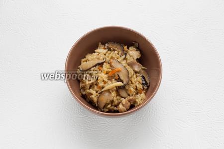 Консистенция готового гомоко гохана — клейкая. Это блюдо употребляется как горячим, так и холодным. В Японии его используют, в том числе, в качестве офисного завтрака.