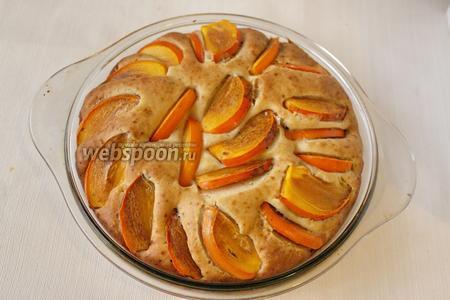 Выпекаем пирог с хурмой в течение 35-40 минут, при температуре 200°С. Пирог после выпечки вынимаем из формы, даём ему остыть.