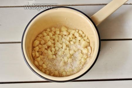 Перекладываем нарезанный имбирь в кастрюлю, добавляем сахар.