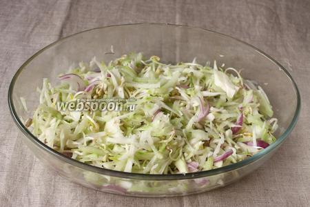 Далее салат необходимо перемешать и заправить маслом. По желанию салат можно полить лимонным соком.