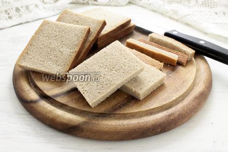 Хлеб нарезаем ломтями одинаковой толщины — примерно 0,5 см. Срезаем корки.