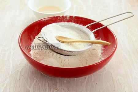 Просеиваем всю норму муки, смешиваем с солью, 2 ложками сахара. Отдельно активируем дрожжи в тёплой воде с 1 ложкой сахара — ждём появления пены.
