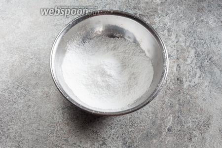 А можно и приготовить глазурь. Сахарную пудру просеиваем.