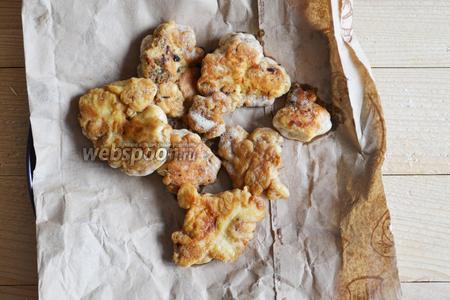 Выкладываем на пекарскую бумагу для удаления лишнего масла. Нежная, ароматная закуска готова. Можно подавать на стол.