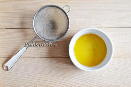 Через 2-3 минуты, когда масло впитает все ароматы, достаём чеснок и розмарин (так как я использовала розмарин сухой, я масло процедила и вернула снова на сковороду).