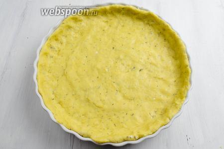 Подготовленное тесто разделить на 2 части. Первую часть теста выложить в смазанную маслом форму, распределив его по дну и боковым стенкам.