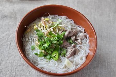 Затем в суп добавляем ростки маша, зелень, острый перец, заправляем соком лимона и соевым соусом по вкусу. Суп Фо готов к подаче.