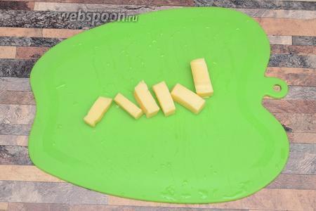 Сыр нарезаю ломтиками.
