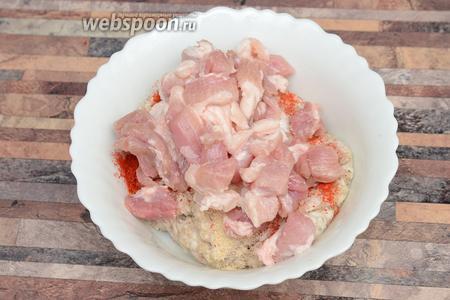 Далее кладу нарезанное мясо в тарелку с фаршем.