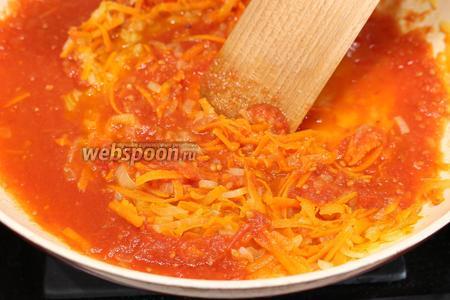 Томатный соус для голубцов-ленивцев: измельчаем свежие помидоры до получения томатного пюре, на железной тёрке или в блендере, трём морковь. Обжариваем сначала измельчённую луковицу, перекладываем к ней морковь, обжариваем 3 минуты, а потом вливаем к моркови и луку помидорную смесь (можно заменить концентрированной томатной пастой, разбавленной стаканом питьевой воды). Для более сладковатого вкуса можно добавить немного сахара, и тогда соус получится кисло-сладкий. Содержимое перемешать, посолить и довести до кипения.