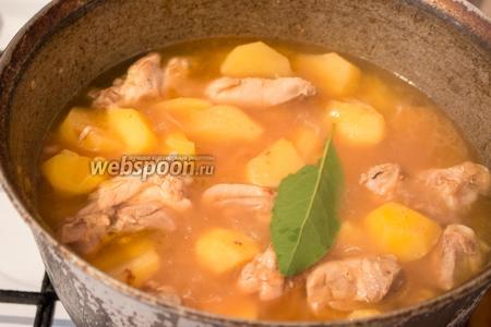 По истечении времени, положить в суп лаврушку, закрыть крышкой и дать настояться 10-15 минут.
