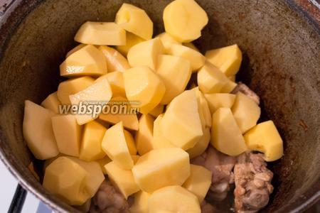 Высыпаем в казан картофель.