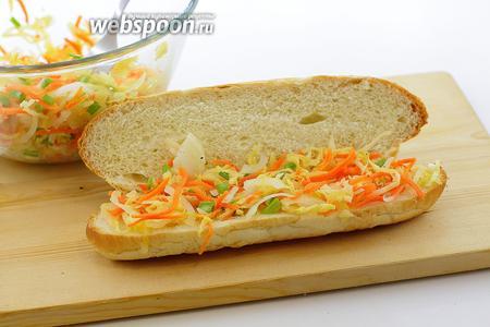 Уложите небольшую порцию салата из квашеной капусты.