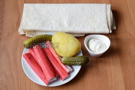 Для приготовления шаурмы с крабовыми палочками вам понадобится картофель отваренный, лаваш, майонез, крабовые палочки, огурцы корнишоны.
