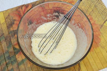Яйца размешиваем венчиком с сахаром.
