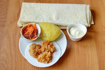 Для приготовления шаурмы с фаршем вам понадобится майонез, морковь по-корейски, куриный фарш заранее обжаренный, картофель и лаваш.