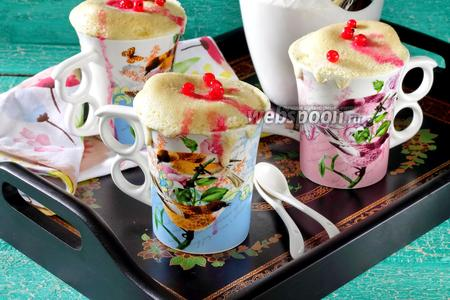Кекс в кружке с ягодами