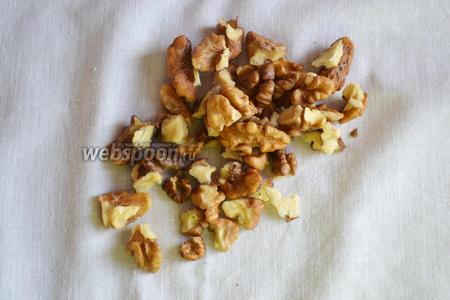 На следующем этапе необходимо очистить грецкие орехи и подсушить в духовом ящике 5-7 минут.