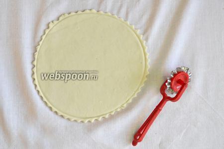 Тесто разделить на равные кусочки. Каждый кусочек раскатать в пласт толщиной 2-3 мм.