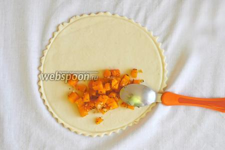 Выложить начинку на 1/2 части лепёшки.
