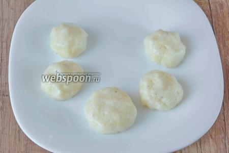 Чтобы из получившегося теста сделать оладушки, предварительно смочите руки холодной водой. Затем, из небольшого количества теста, сделайте шарики.