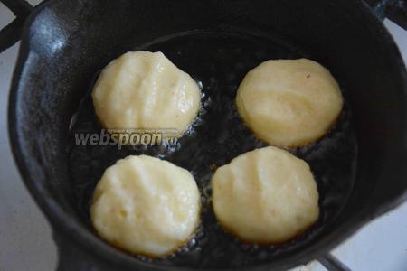 Обжариваем на разогретом подсолнечном масле картофельные оладушки с 2 сторон, до золотистого цвета.
