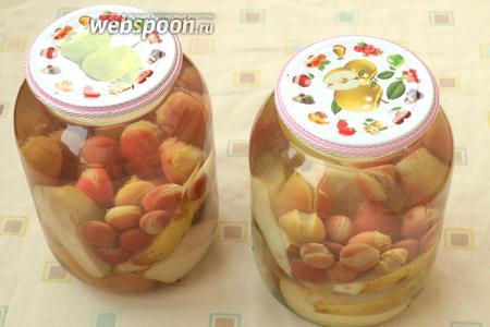 Вскипятить чайник, залить фрукты кипятком на 15 минут. Прикрыть банки стерильными крышками. После этого слить воду, добавить в неё сахар, дождаться пока закипит и растворится сахар. В каждую банку добавить по щепотке лимонной кислоты и залить содержимое банок горячим сиропом. Закрутить или закатать банки, сразу же перевернуть на крышку, укутать в тёплое одеяло и оставить до полного остывания. Компот хранится в условиях городской квартиры. Приятного аппетита!